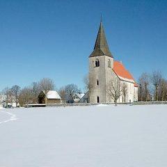 En kyrka på avstånd i ett snöigt landskap.