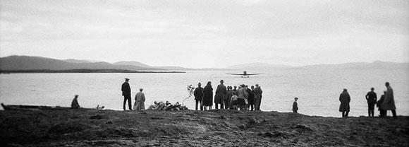 Flygmaskinen på väg i Thingvallavatn, Island, 1930. Bild från Riksantikvarieämbetets sida på Flickr Commons.