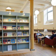 """Läsplatser i arkivets och bibliotekets lokaler i """"Östra stallet""""."""