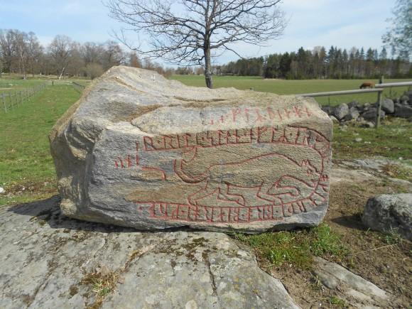 """Runsten från Ösby i Lunda socken (Sigtuna kommun), som upptäcktes 1977. Den fragmentariska texten ska troligen tolkas: """"... uppreste stenen efter Ärnmund, och gjorde bro. Bärge Gud ... Sune(?) ... efter Tjägn."""""""