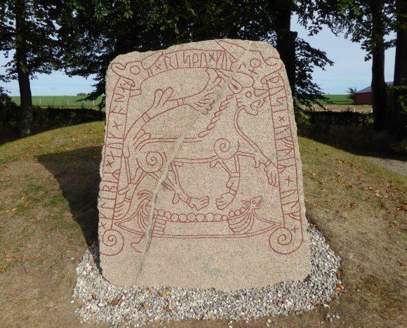 """Den nyligen uppmålade Tullstorpsstenen (DR 271) i Skåne. Texten lyder: """"Glepe(?) och Åsa reste dessa märken efter Ulv."""""""