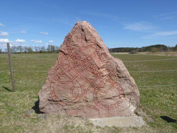 Jarlabankestenen U 142 vid Fällbro i Täby. Målad av Runverket den 12 maj och vårfin inför säsongen. Foto Magnus Källström