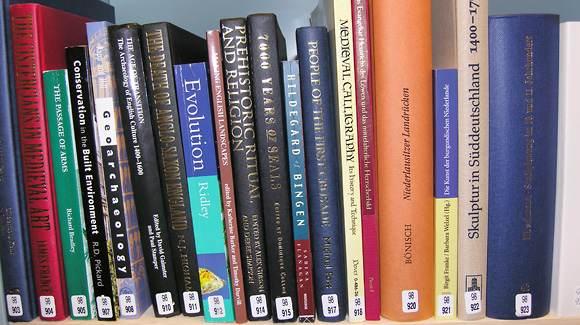 Böcker ur bibliotekets öppna boksamling i Östra stallet