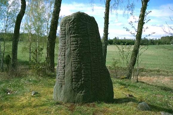 """Runstenen Vg 4 vid Stora Ek utanför Mariestad. Den intressanta inskriften lyder: """"Udd skald reste denna sten efter Torsten, sin son, och gjorde stenbro för (honom). Han ägde tre gårdar i hammarskifte och trettio marker innestående hos Erik."""""""