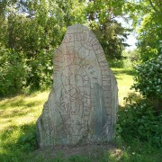 Runstenen U 620 vid Finnsta i Upplands-Bro. Stenen är rest av Gunnar och Igul och ristad av en runristare som av någon anledning gärna undvek vokaler.