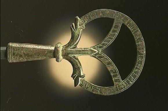 Ett runristat bronsföremål (G 254), troligen en del av en medeltida kyrknyckel, hittad i Lokrume.