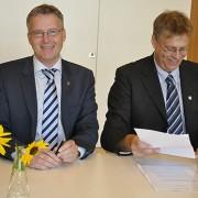 Riksantikvarie Lars Amréus och Jan-Olof Westerberg, överintendent på Naturhistoriska riksmuseet skriver under samarbetsavtalet.
