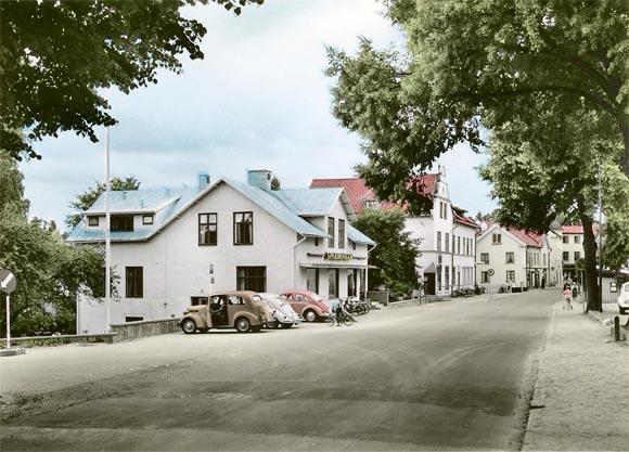Digitaliserad och tillgängliggjord vykortssamling på Flickr från Almquist & Cöster. Här Loftagatan, Gamleby i Småland, 1950-tal.