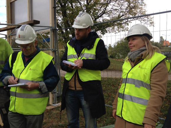Projektledare Ulrika Mebus berättar vid en informationsträff om arbetena vid Visby ringmur.