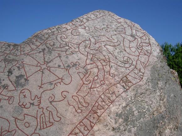 Detalj av Gökstenen utanför Strängnäs. Stenen är ristad av en person som förmodligen inte har varit riktigt runkunnig.