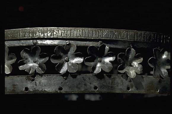"""Detalj av den medeltida ljuskronan från Väte kyrka (G 178). Inskriften lyder: """"Johan i Gräne han gav denna krona först till Gud och Vår fru och Den heliga kyrkan sin själ till gagn och sedan..."""""""