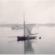 Segelbåt i stilla vatten utanför Lysekil, fotograferad av läkaren och fotografen Carl Curman i slutet av 1800-talet. En av de första bilderna som Riksantikvarieämbetet laddade upp på Flickr Commons.