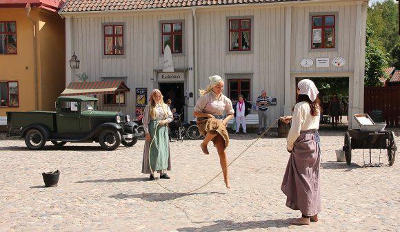 Flickor som hoppar hopprep. Friluftsmuseet Gamla Linköping