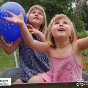 Fånga kulturarvsdagen - två barn leker i en skottkärra fångar ballonger