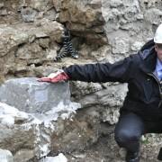 Riksantikvarie Lars Amréus lägger första stenen på plats.