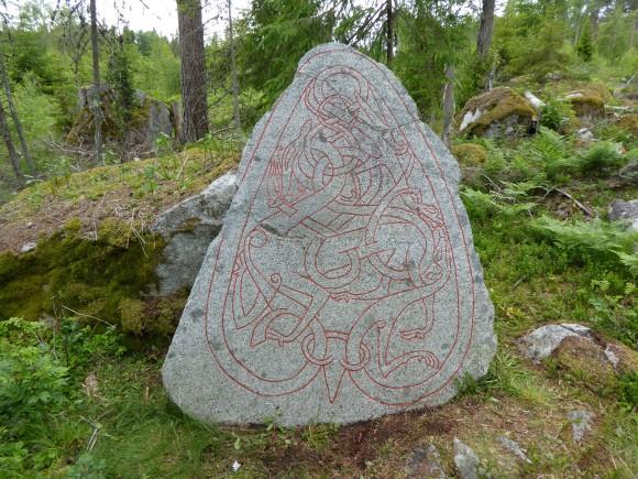 Den nyligen uppmålade U 1171 vid Axsjö utanför Morgongåva i Uppland. Stenen, som aldrig har burit några runor, är utan tvivel ristad av den kände runristaren Livsten.