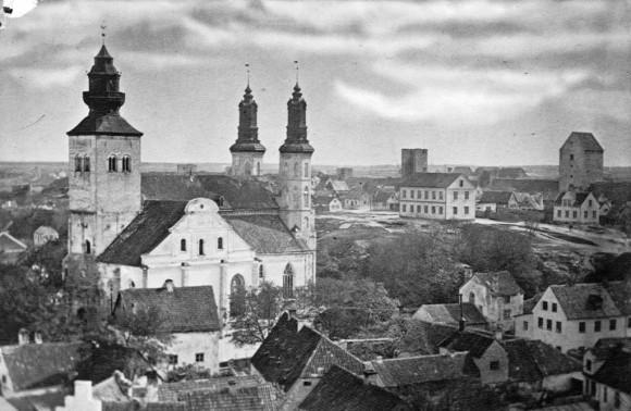 Visby domkyrka, Sankta Maria, invigd 1225. Ursprungligen byggd för tyska köpmän i Hansan och biskopskyrka sedan 1572. Torn i ringmuren till höger i bilden. Fotografen Olivia Wittberg (1844-1908) var från Gotland.