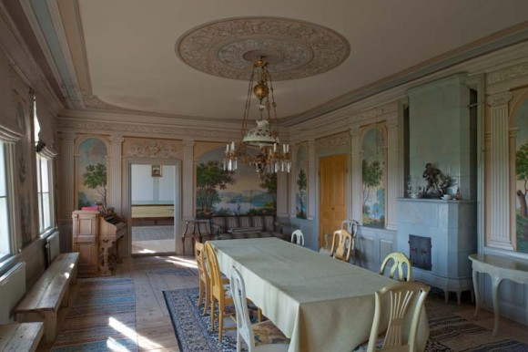 Huvudbyggnaden på Renshammar byggdes år 1764. Den stora salen med målade landskapsutsikter från år 1847 av Olof Hofrén från Arbrå.