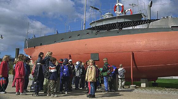 Marinmuseum i Karlskrona. Barngrupp framför ubåten Hajen, byggd 1904, ombyggd 1916.