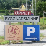 Byggnadsminne, skylt utanför Westerlunds konditori i Lunde, Kramfors kommun