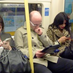 Fördjupade i läsning på surfplatta och mobiltelefoner, Londons tunnelbana, Flickr, 2012