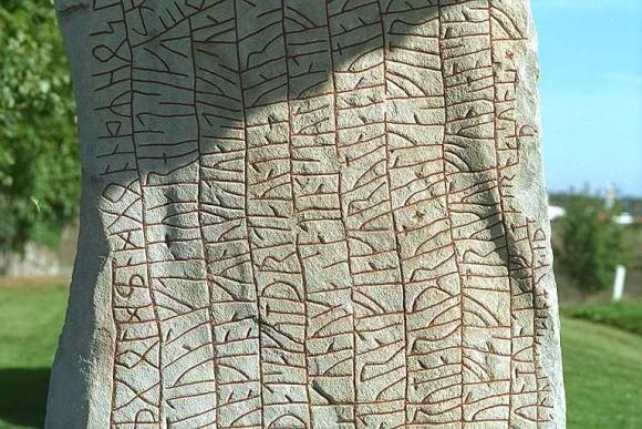 Detalj av Rökstenens baksida.