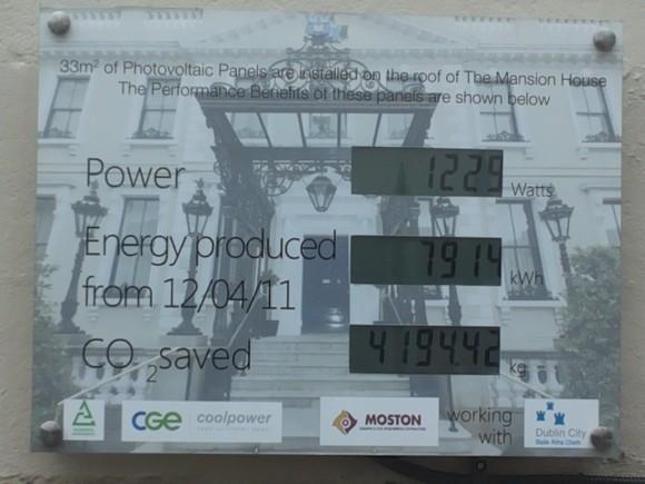 Energismart information om solpanelerna som installerats på The Mansion House, Dublin.