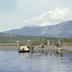 Sameviste vid sjön Satisjaure (Satihaure) i Lappland, idag en del av världsarvet Laponia. Fisknät och fisklådor i en båt.
