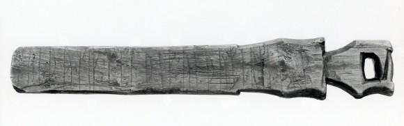 """Vävkniven Vg 279 med texten """"Tänk du på mig, jag tänker på dig. Älska du mig, jag älskar dig"""", en av de många vardagliga runinskrifter från Gamla Lödöse som Elisabeth Svärdström tolkade"""
