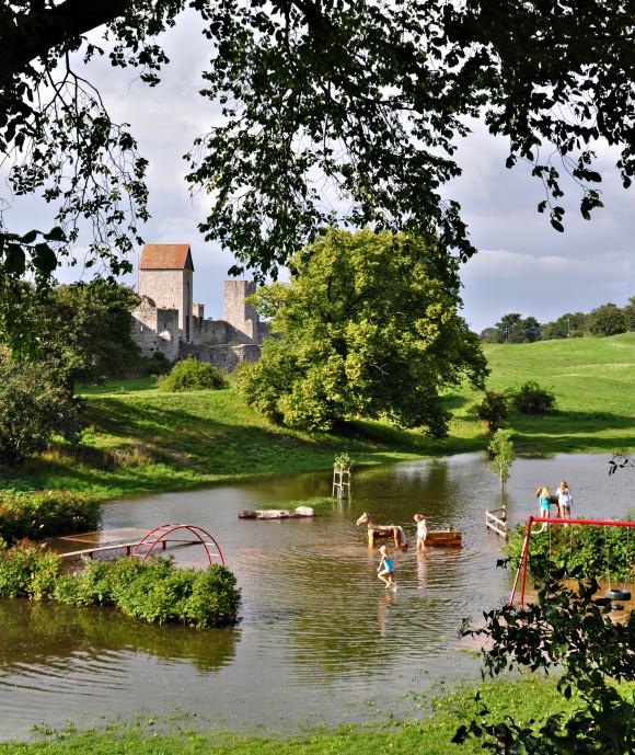 En översvämmad lekplats intill Visby Ringmur