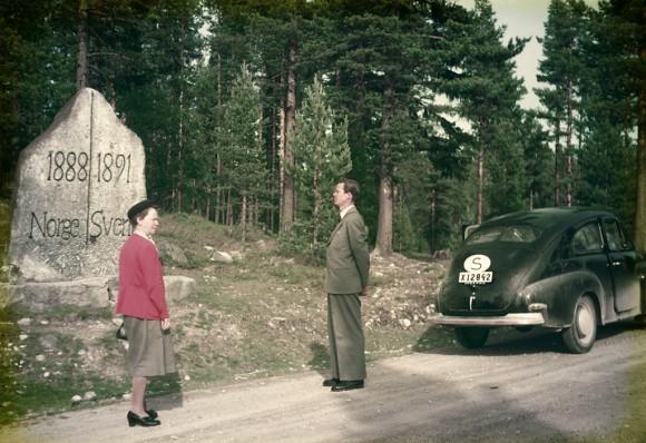 En kvinna, en man och en Volvo PV vid gränsen mellan Sverige och Norge i Älvdalen.