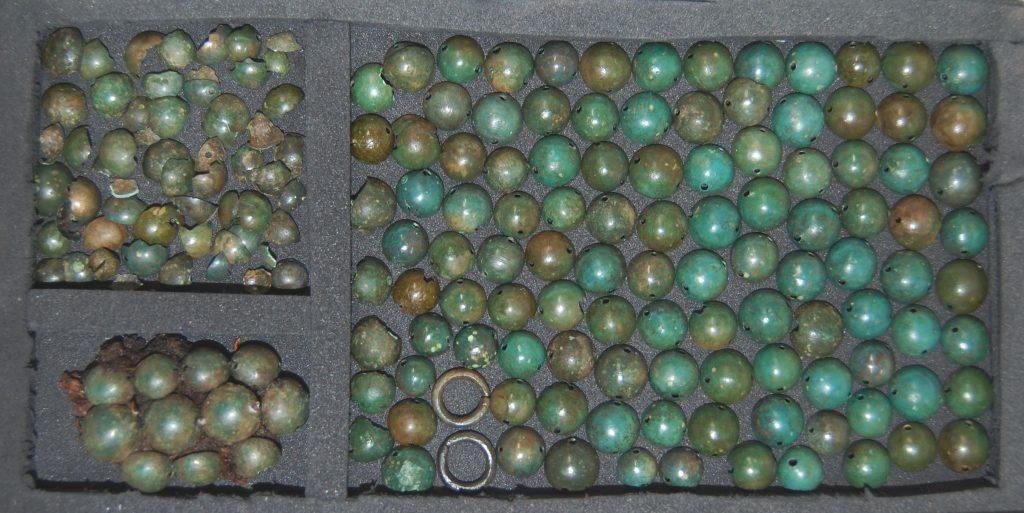 Bild på arkeologiska föremål förpackade i syrafri och stötdämpande emballage.