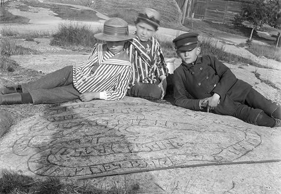 Runristning i fast häll vid Risinge prästgård utanför Finspång. Brate undersökte inskriften sommaren 1893 och fann att den var ristad av 1678 av en Eric Bruzæus, prästson i Risinge. Foto Erik Brate 1893 (ATA).