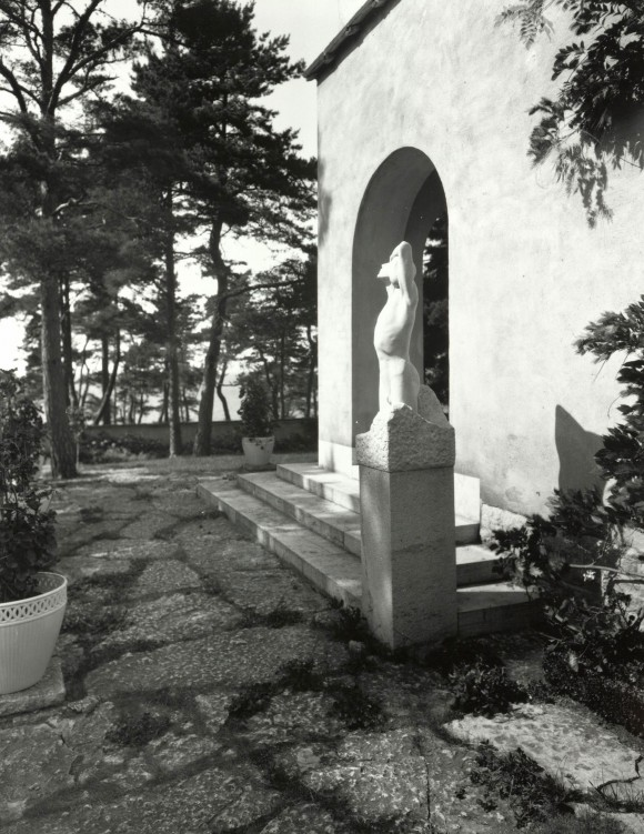 Muramaris med en av Ellens skulpturer