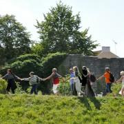 Visby ringmur får en kram när den fyller 20 år som världsarv.