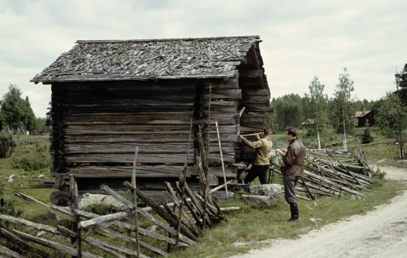 Två inventerare från Riksantikvarieämbetet mäter upp en gammal fäbod vid Tisjölandet, 1957.