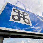 Trafikskylt med runkringla, en symbol för sevärdhet, med pil till höger