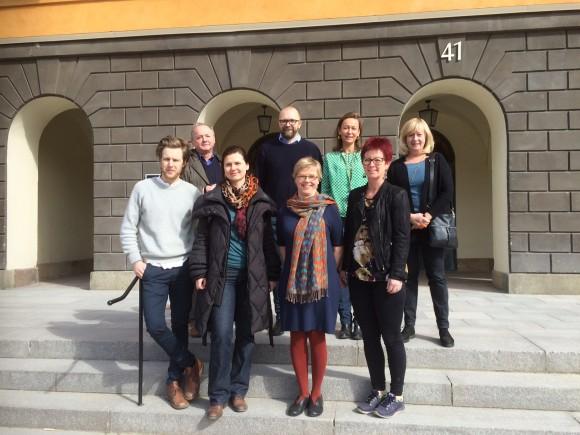 Åtta personer samlade på trappan fram Riksantikvarieämbetet i Stockholm