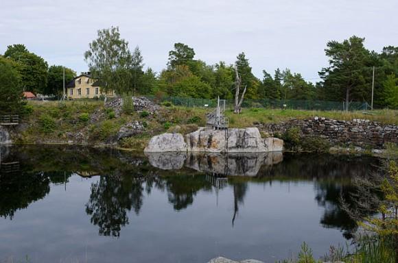 Bilden föreställer ett av gruvhålen på Utö, som nu är helt vattenfyllt.