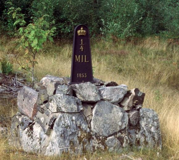 Milstolpe från 1853 som idag saknar skydd som fornlämning. Björnlunda, Södermanland.