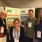 Glada svenska deltagare på skadedjurskonferens i Paris.