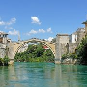 Den rekonstruerade Stari Most i Mostar. Dess föregångare stod i över 400 år innan den sprängdes av bosnienkroatiska styrkor i kriget 1993.