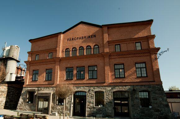Färgfabriken i Stockholm, tegelbyggnad i tre våningar.