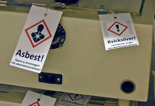 Ett exempel på en tydlig märkning av föremål innehållande asbest och kvicksilver.