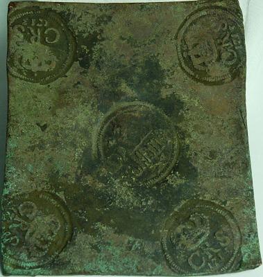 Plåtmynt, 1/2 daler silvermynt stämplat 1713. Just det här myntet hittades vid bygget av Ostkustbanan vid Bye i Medelpad. Det finns att beskåda på Västernorrlands länsmuseum Murberget.