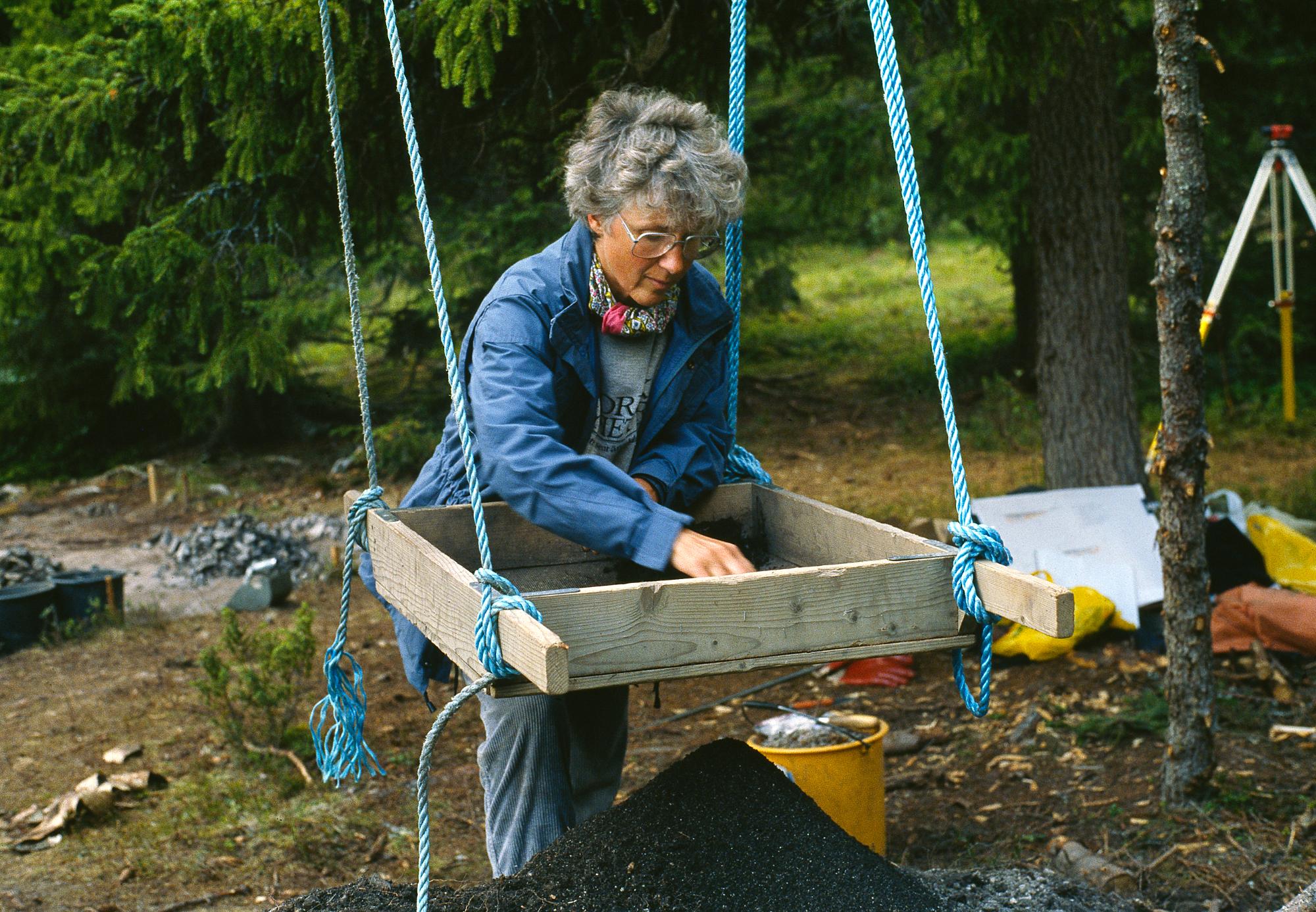 Inger Zachrisson på utgrävningen vid Vivallen 1985