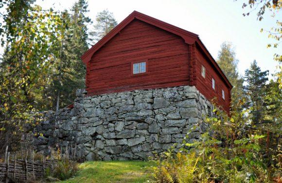 Pengar har fördelats till Råås kvarn och ska användas för att reparera stenfoten som delvis rasade vid en storm 2016. (bilden tagen innan stormen).