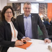 Lena Johansson, projektledare för Gruvuppdraget och riksantikvarie Lars Amréus laddar inför den fullsatta slutkonferensen för uppdraget.
