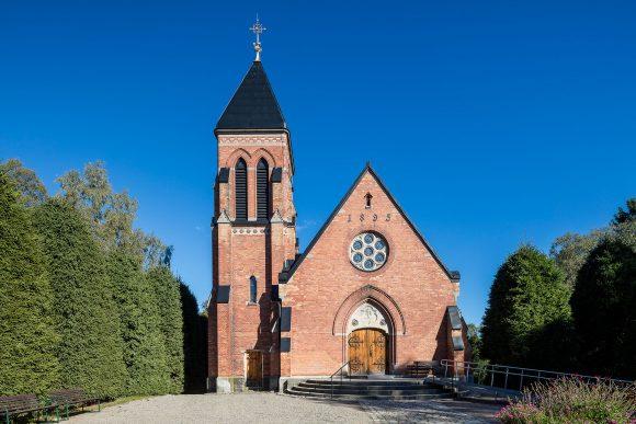 Sandsborgskapellets västra gavel och huvudentré.