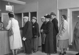 Är det en kö med folk som vill skänka eller sälja föremål till ditt museum? Upphovsman: Lundh, Gunnar (1898-1960) Upphovsrätt: Foto: Gunnar Lundh / Malmö Museer Licens: cc-by